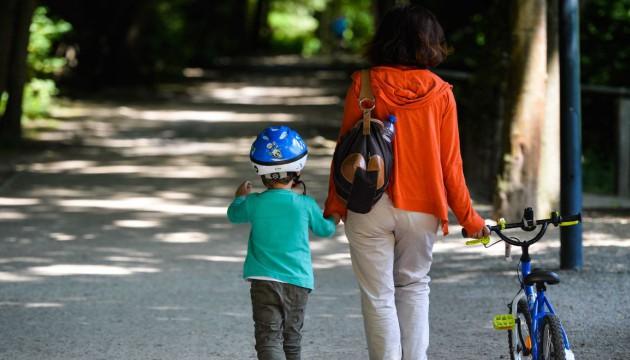 Une mère et son enfant, dans un parc. Illustration (Sierakowski/Closon/ISOPIX/SIPA)