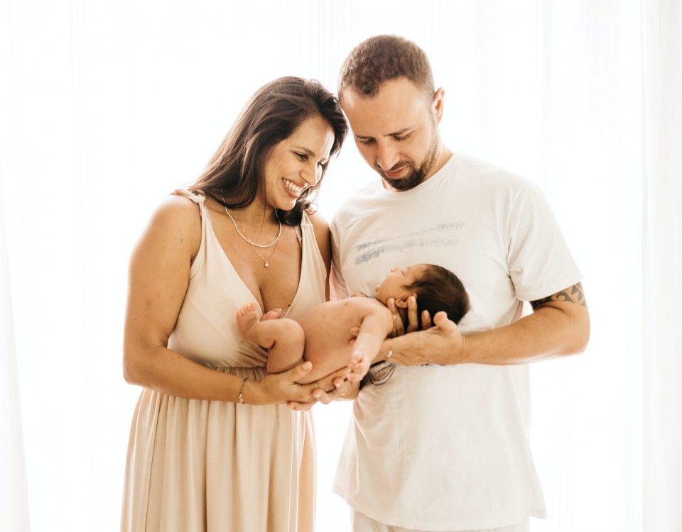 Portrait d'un couple heureux, portant un nourrisson